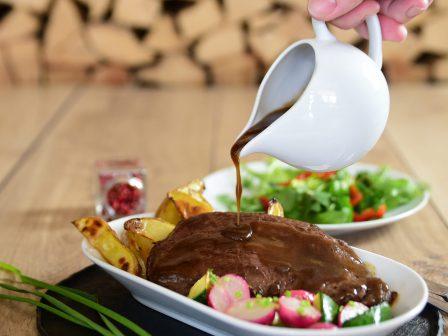 Gegrilltes-Steak-mit-Rosmarin-Jus-und-geschmorten-Radieschen_GmundnerMilch
