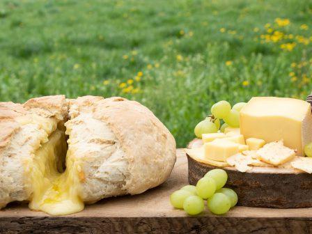 Weißbrot-mit-Chili-Raclette-Käsefüllung_GmundnerMilch